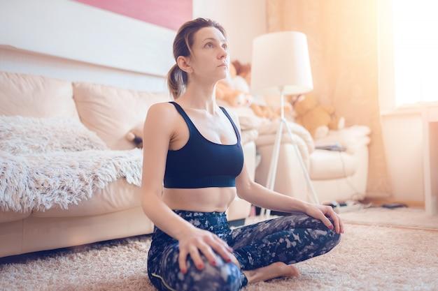 La donna sta praticando yoga
