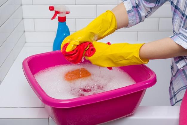 La donna sta pulendo in bagno