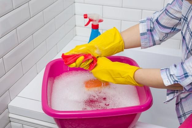 La donna sta pulendo nel bagno a casa
