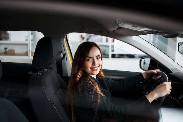 La donna sta testando una macchina