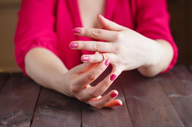 La donna sta togliendo l'anello nuziale