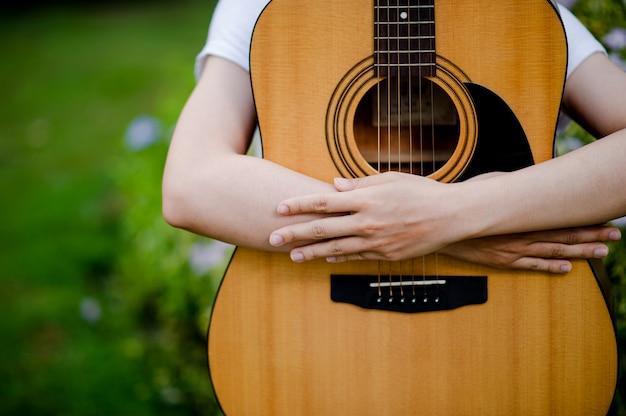 La donna suona la chitarra felicemente.