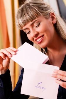 La donna tiene in mano una lettera d'amore
