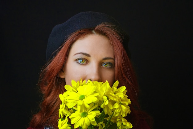 La donna tiene un crisantemo giallo