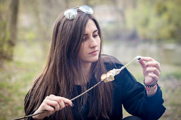 La donna tira marshmallows