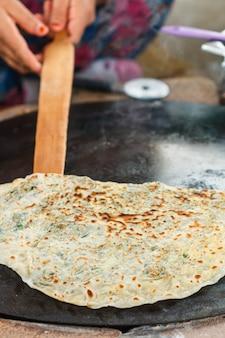 La donna turca prepara gozleme