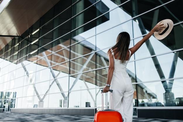 La donna turistica va con i bagagli