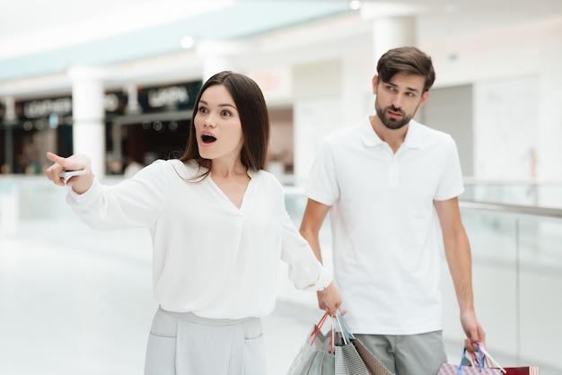 La donna vuole andare nel nuovo negozio ma l'uomo è stanco.