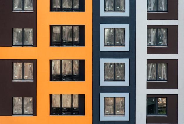 La facciata della casa in costruzione con balcone e intonaco decorativo colorato