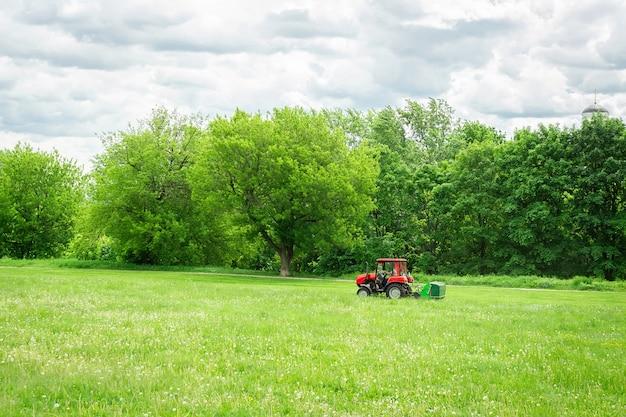 La falciatrice del trattore falcia l'erba