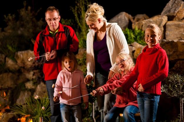 La famiglia al barbecue di sera