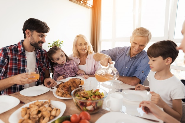 La famiglia al tavolo celebra una vacanza in famiglia.