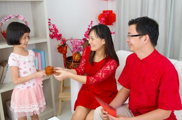 La famiglia asiatica celebra il nuovo anno cinese