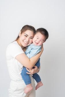 La famiglia asiatica felice gode con il figlio