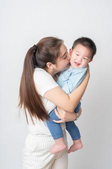 La famiglia asiatica felice si diverte con il figlio
