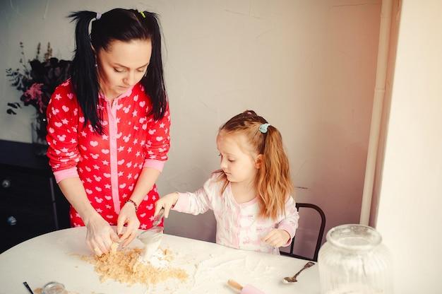 La famiglia carina si diverte in una cucina