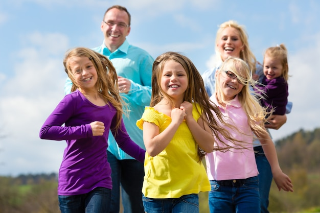 La famiglia corre all'aperto