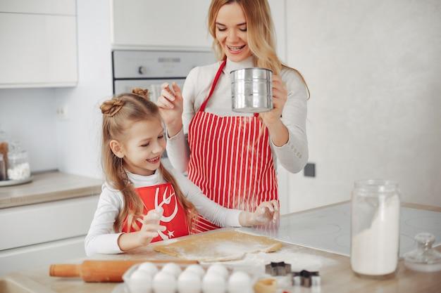 La famiglia cucina l'impasto per i biscotti