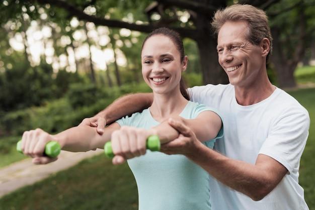 La famiglia dello sport porta uno stile di vita sano.