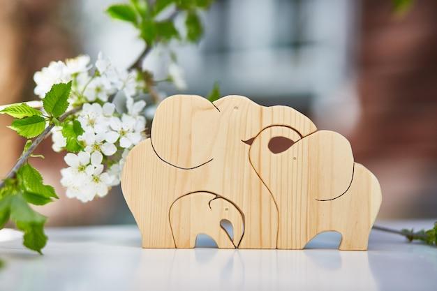 La famiglia di elefanti in legno. hobby, tagliando con un puzzle.