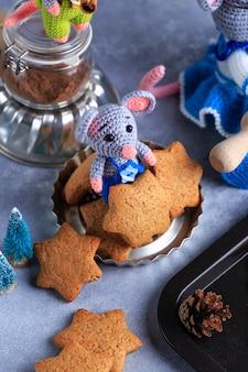 La famiglia di topi a maglia sta cucinando i biscotti. anno di ratto simbolo del 2020.