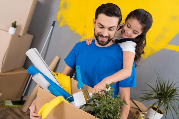 La famiglia fa riparazioni insieme. trasferirsi in un nuovo appartamento.