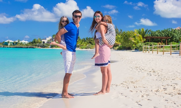 La famiglia felice con due bambini in vacanza estiva si diverte