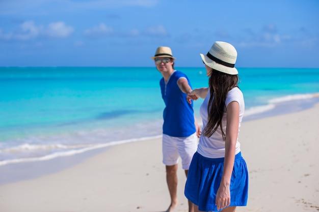 La famiglia felice si diverte in vacanza al mare ai caraibi