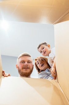 La famiglia felice si è appena trasferita nella nuova casa e guardando la scatola