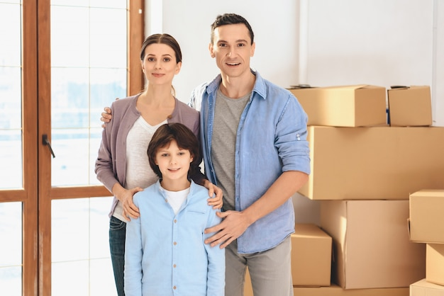 La famiglia felice si è trasferita in un nuovo appartamento.