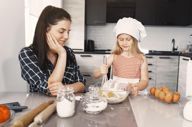 La famiglia in una cucina cucina la pasta per i biscotti