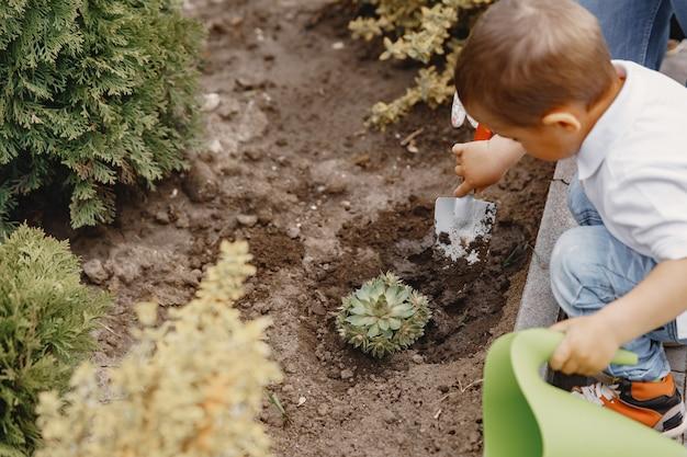 La famiglia lavora in un giardino vicino alla casa
