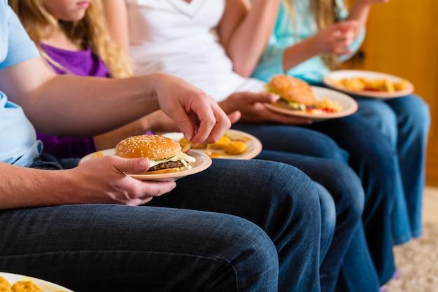 La famiglia mangia hamburger o fast food