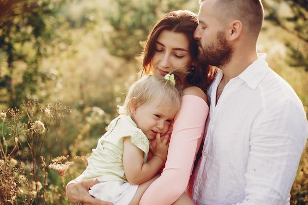 La famiglia si diverte in un parco