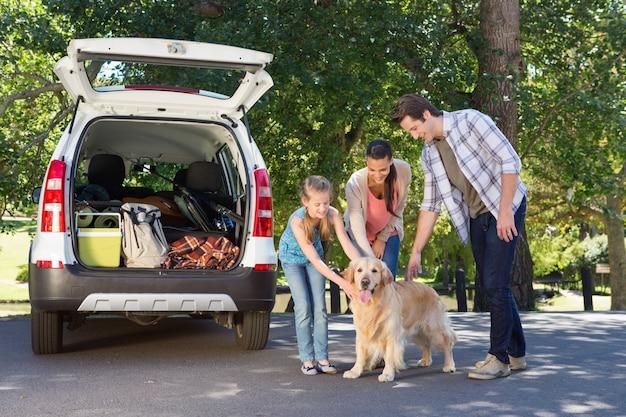 La famiglia si sta preparando per andare in viaggio