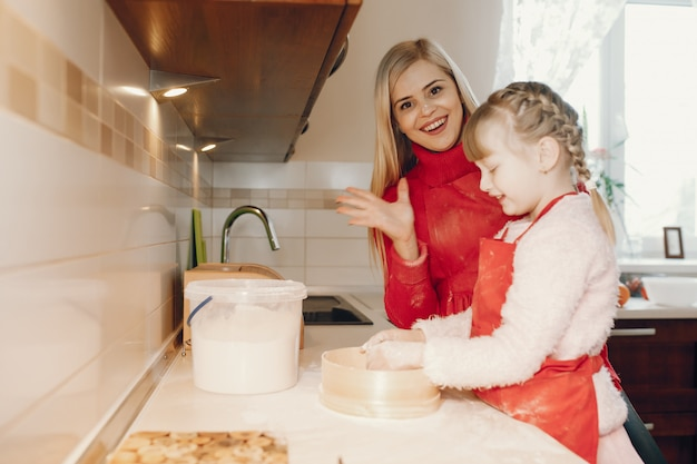 La famiglia sveglia prepara la colazione in una cucina