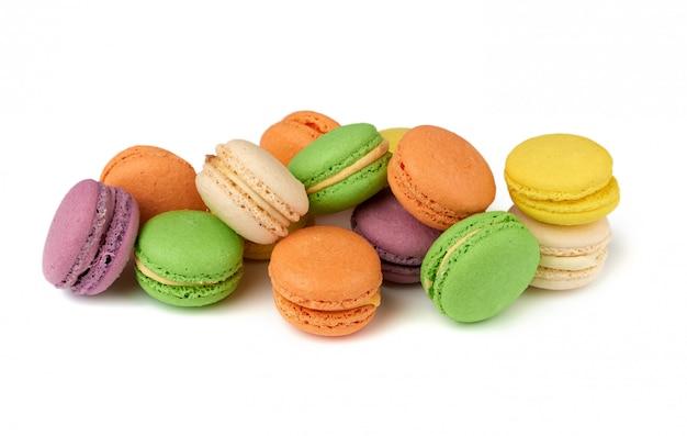 La farina di mandorle multicolore al forno rotonda agglutina i macarons, dessert isolato su un fondo bianco