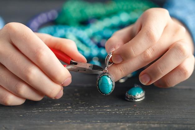 La femmina crea gioielli fatti a mano