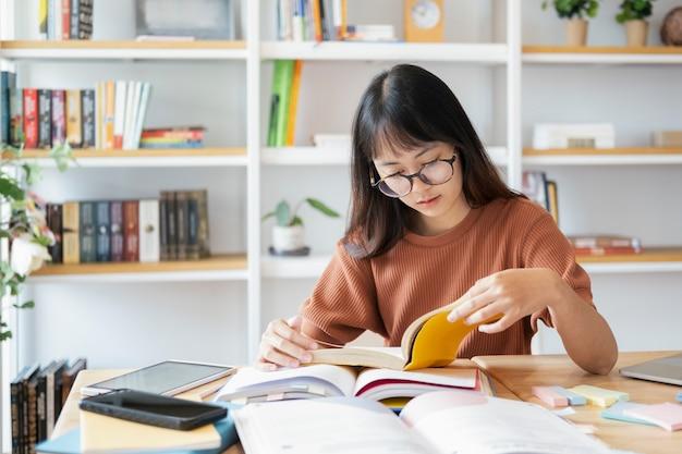 La femmina del collage sta leggendo un libro.