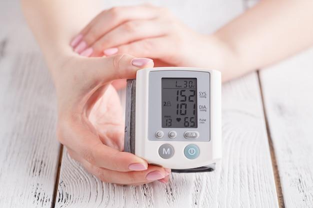 La femmina misura la pressione sanguigna