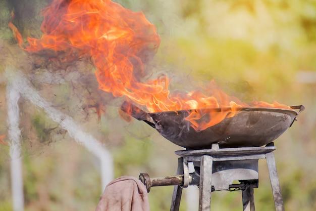 La fiamma su un grande vassoio, fuoco sul contenitore per l'evento di addestramento del fuoco