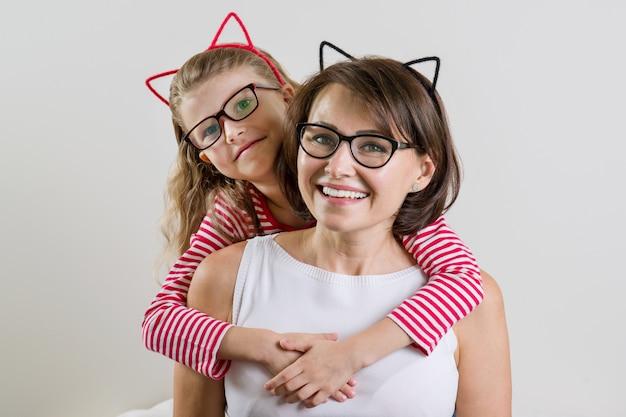 La figlia abbraccia amorevolmente sua madre