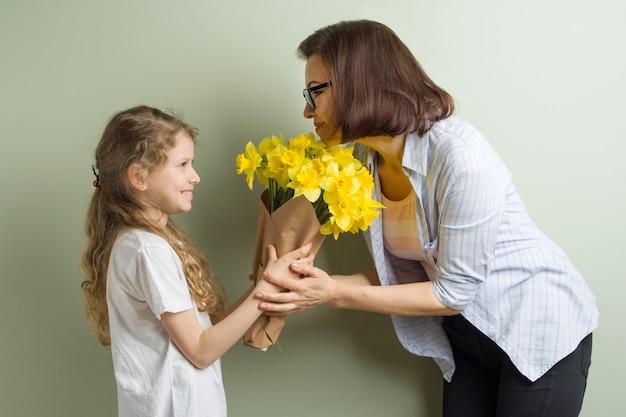 La figlia del bambino si congratula con la madre