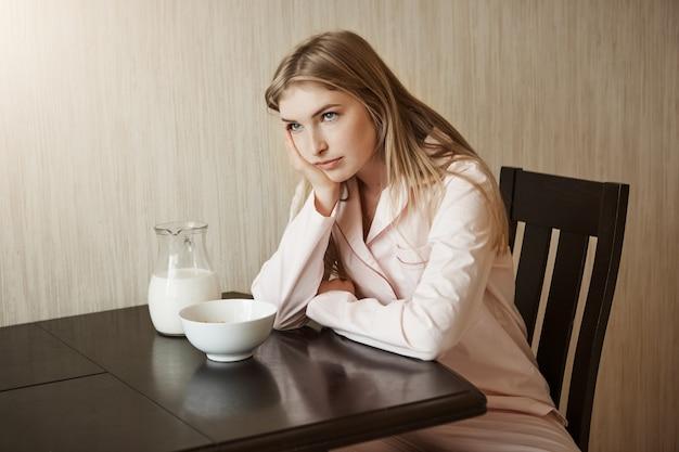 La figlia è stufo della stessa colazione ogni giorno infastidito e infastidito