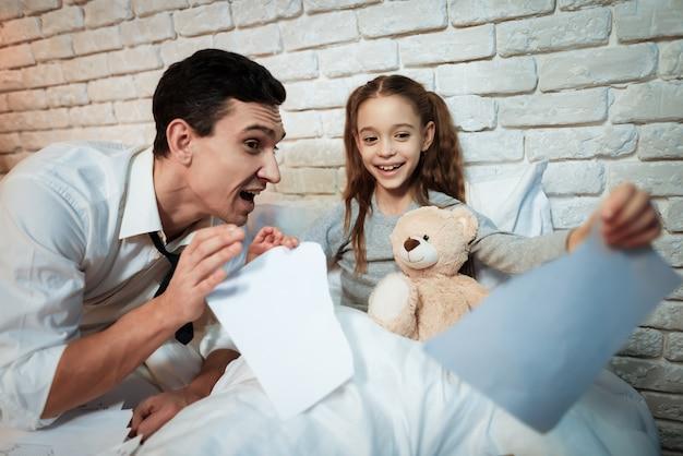 La figlia richiede l'attenzione del padre impegnato