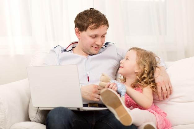 La figlia vuole giocare con papà impegnato