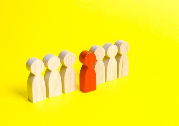 La figura rossa di un uomo esce da una fila di persone
