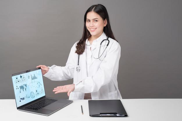 La fine su di medico sta mostrando i dati di analisi medica, concetto della tecnologia medica