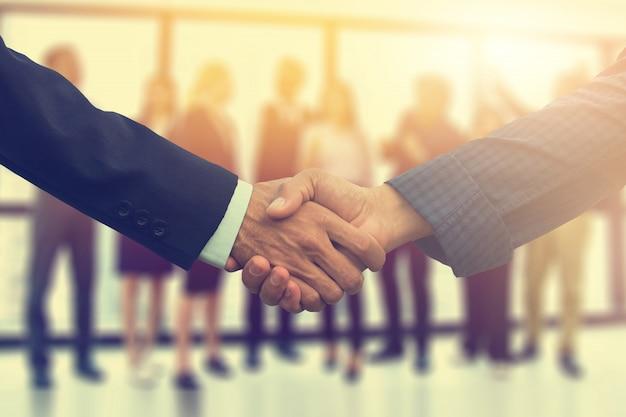 La fine sulle mani della gente stringe il successo dell'associazione di affari, concetto della mano di scossa