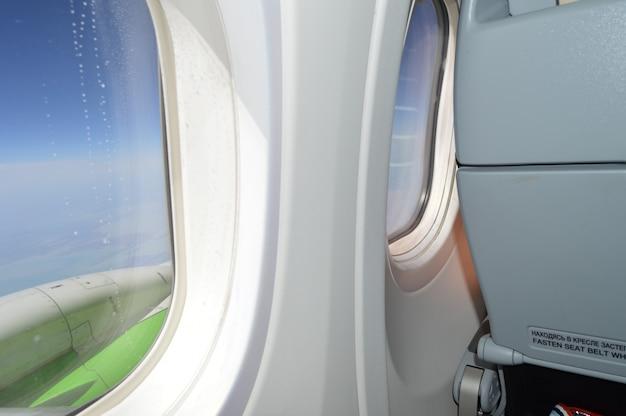 La finestra dell'aereo e un tavolo, concetto di viaggio.